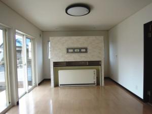 蓄熱式暖房機の設置スペースを利用した収納棚