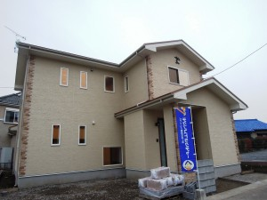 サイドにレンガ調の外壁材を採用。